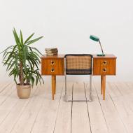 21024--Italian teak desk with brass handles and beech legs, 1960s-Włoskie biurko tekowe z mosiężnymi uchwytami i bukowymi nogami, lata 60