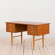 21024--Italian teak desk with brass handles and beech legs, 1960s-Włoskie biurko tekowe z mosiężnymi uchwytami i bukowymi nogami, lata 60-4