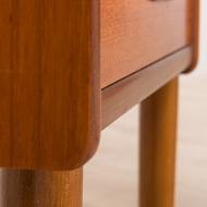 21027--Set of 2 teak mid century nightstands with 2 drawers with sculptular handles, Norway-Para stolików nocnych z rzeźbionymi uchwytami tekowymi, lata 60. Norwegia--10