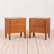 21028--Nightstands in mahogany with brass handles, pair, Norway, 60s-Para mahoniowych stolików nocnych z mosiężnymi uchwytami, lata 60. Norwegia-