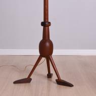 lampa podłogowa tekowa z nóżkami stopami (5)