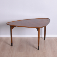 stolik piękny z profilowanymi blatami na trzech nogach (1)
