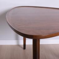 stolik piękny z profilowanymi blatami na trzech nogach (5)