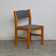 szare drewniane deometryczne krzesła dania (1)